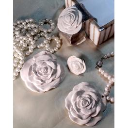 Collar rosa blanco largo