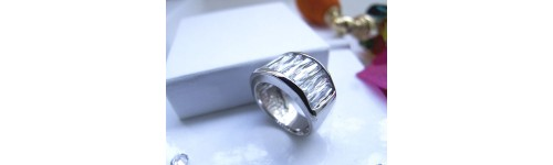 Sortijas plata con baño de rodio y creadas con Crystales de Swarovski o circonitas.