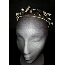 Corona de hilos de metal