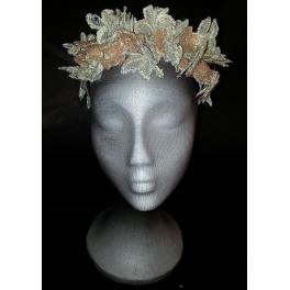 Corona de flores bordadas